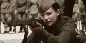 "Rusia dikenal memiliki sederet sniper wanita yang sangat mematikan ketika beraksi, diantara banyaknya sniper wanita rusia yang memiliki rekor paling tinggi dalam menembak musuh adalah lyudmilla pavlichenko. Bahkan kisahnya ada dalam film berjudul ""Battle for Sevastopol"". Ketika bertempur melawan prajurit Jerman yang melancarkan serangan besar-besaran ke Rusia pada bulan Juni 1941 Lyudmilla bahkan berhasil menembak 309 musuh dan tak ada yang menyangka jika gadis cantik berparas model ini ternyata seorang penembak berdarah dingin dan terbiasa menggunakan senjata api sejak usia 14 tahun.  Lyudmilla Pavlichenko lahir pada tanggal 12 Juli 1916 di Ukraina, dengan latar belakang dari keluarga sederhana. Di usianya yang menginjak 14 tahun keluarga Lyudmilla kemudian memutuskan untuk berpindah ke kota Kiev. Di ibukota Ukraina inilah kehidupan Lyudmilla mulai berubah dan dirinya menemukan hobi baru yakni menembak. Ketertarikan Lyudmilla pada dunia menembak tersebut ia dapat setelah bekerja sebagai tukang gerinda di sebuah perusahaan senjata yang ada di kota Kiev.  Ibunya adalah seorang guru dan ayahnya seorang pekerja di pabrik. Lyudmilla yang sejak kecil berpenampilan tomboy kemudian memutuskan untuk bergabung dengan grup menembak dan berkembang menjadi penembak Jitu amatir yang membuatnya mendapatkan lencana Furusilov Schapshutter dan sertifikat penembak jitu. Semasa berada di Kiev Lyudmilla bertemu dengan seorang pria bernama Alexey Pavlichenko. Keduanya kemudian memutuskan untuk menikah pada tahun 1932 disaat Lyudmilla masih berusia 16 tahun. Tak lama kemudian mereka dikarunia seorang putra bernama Rustyslav. Sayangnya usia pernikahan Lyudmilla dan Alexey hanya bertahan 5 tahun karena pada tahun 1937 keduanya kemudian memutuskan untuk bercerai.  Selepas bercerai ini Lyudmilla kemudian memutuskan untuk menyelesaikan studinya di Universitas Kiev dan kemudian berhasil menjadi master dalam bidang sejarah. Pada bulan Juni 1941 saat perang dunia pecah dan Jerman mulai menginvas"